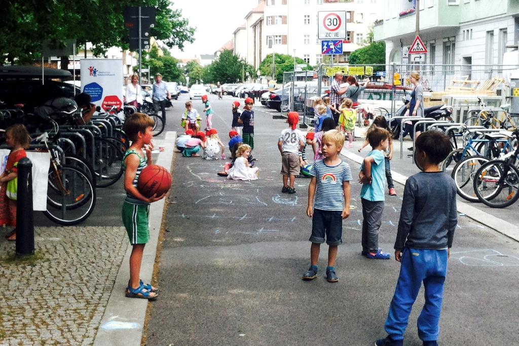 """""""Temporäres Spielen auf der Straße"""": Einmal pro Woche von 10 bis 18 Uhr wird die Gudvanger Straße in Berlin-Pankow eine Spielstraße und generationsübergreifender Treffpunkt."""
