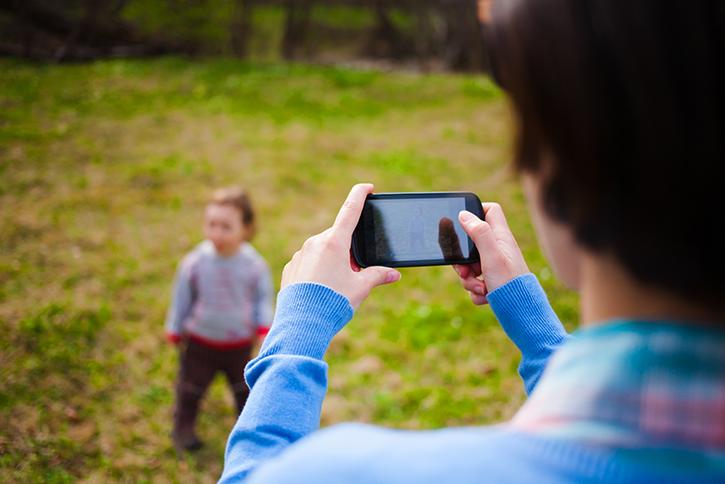 Das Deutsche Kinderhilfswerk gibt Tipps für den Umgang mit Kinderfotos.