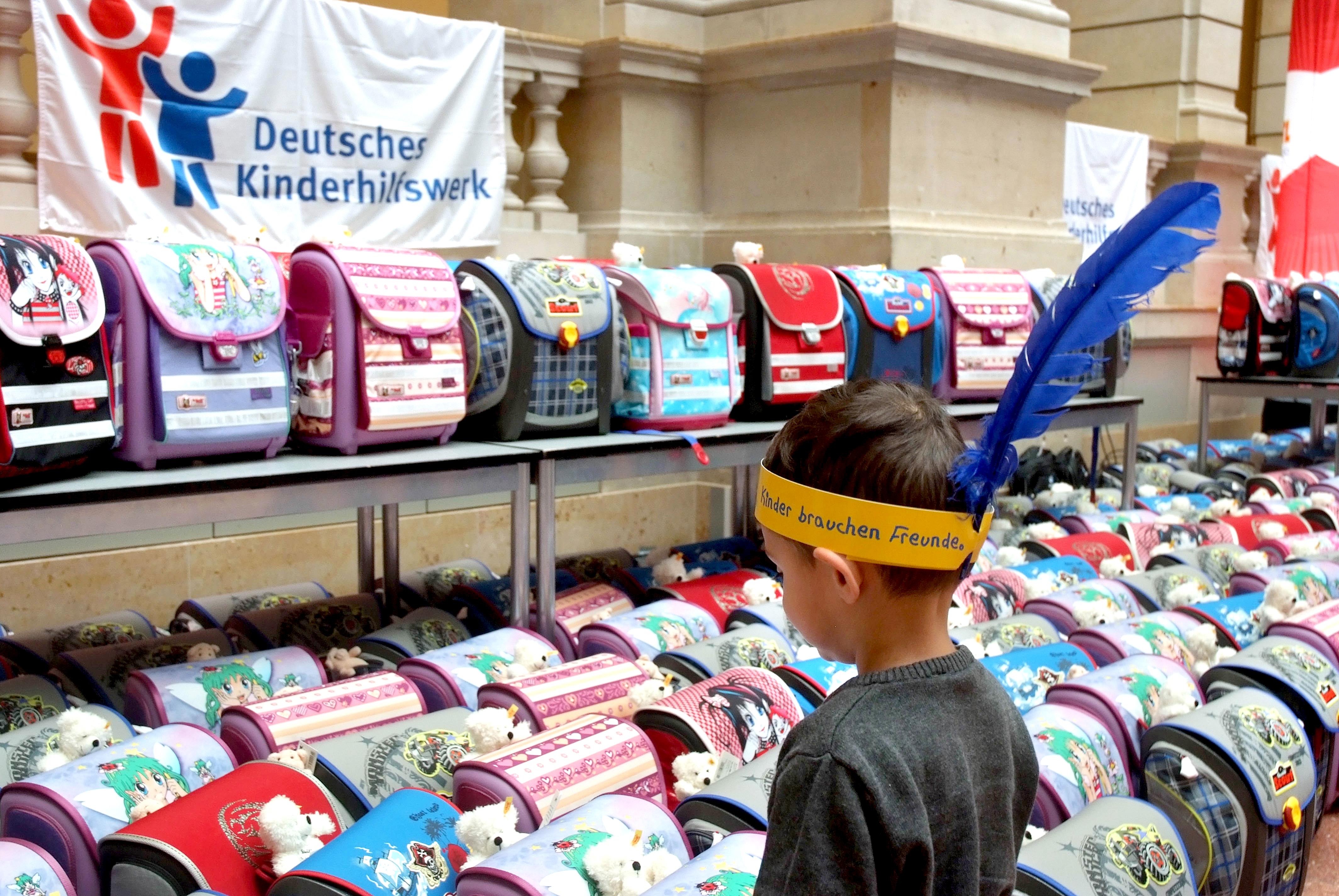 Bildungsgerechtigkeit für alle Kinder: Das Deutsche Kinderhilfswerk verteilt jedes Jahr zum Schulanfang Schulranzen, gefüllt mit Schreib- und Lesematerial, an geflüchtete Kinder.