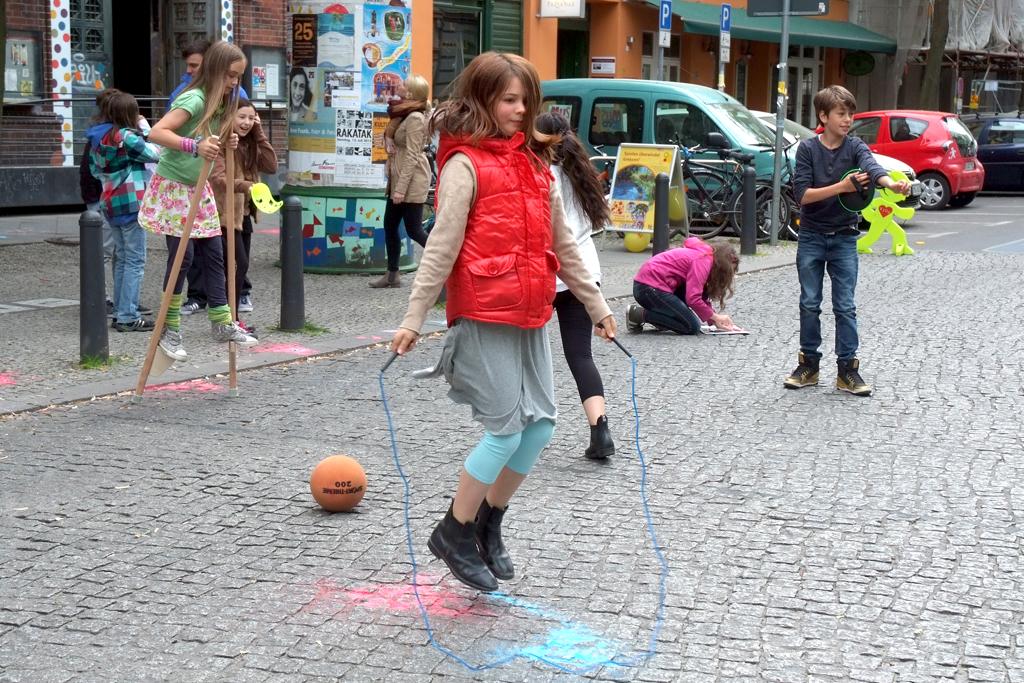 Die Bedingungen für das Draußenspiel von Kindern müssen verbessert werden, fordert das Deutsche Kinderhilfswerk.