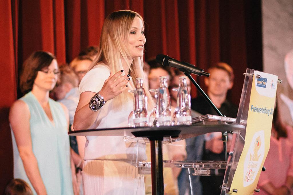Die frühere Boxweltmeisterin Regina Halmich spricht auf der Verleihung der Goldenen Göre, dem Beteiligungspreis des Deutschen Kinderhilfswerkes.