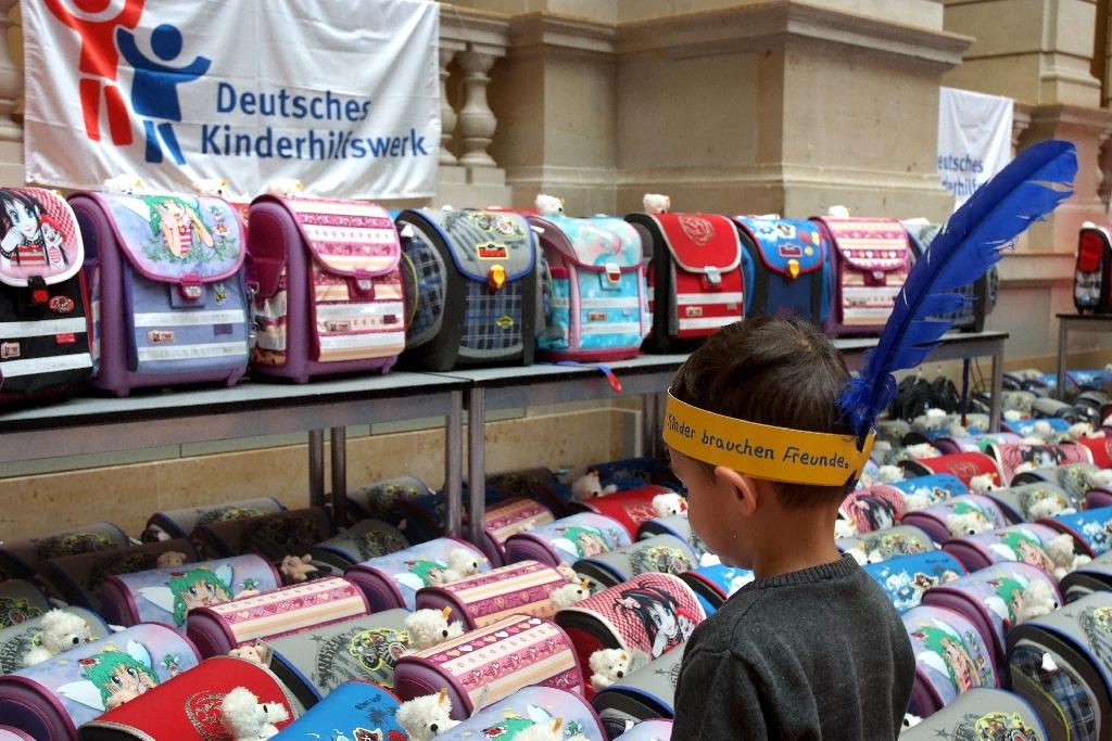 Machen Sie mit bei der Aktion des Deutschen Kinderhilfswerkes 1.000 Bildungspakete für Flüchtlingskinder! Jede Spende hilft für Schulranzen, Bücher, Hefte und Stifte!