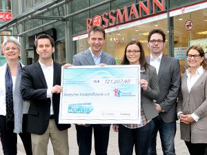 Mit jeder Eröffnung einer Rossmann-Filiale wird ein Spendenscheck in Höhe von 1.000 Euro an das Deutsche Kinderhilfswerk übergeben, das direkt ein Projekt für Kinder vor Ort unterstützt!