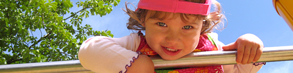Beim Spielen enwickeln Kinder soziale Kompetenzen, lernen Risiken einzuschätzen, lassen ihrer Phantasie freien lauf und entdecken die Welt. Das Deutsche Kinderhilfswerk setzt sich für freie Spielräume und Zeit zum Speieln ein.