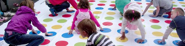 Kinder brauchen das freie Spiel für ihre Entwicklung - und sie haben ein Recht darauf. Helfen Sie uns, am jährlichen Weltspieltag deutschlandweit Spielaktionen für Kinder zu unterstützen!