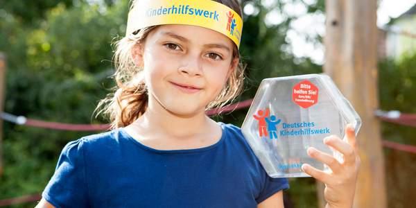 Deutschland in über 50.000 Geschäften steht die Spendendose des Deutschen Kinderhilfswerkes, um Spenden für Kinder anzunehmen.