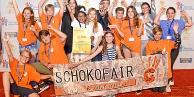 """Herzlichen Glückwunsch an das Projekt """"SchokoFair-Stoppt Kinderarbeit"""" aus Düsseldorf! Sie haben den Kinder- und Jugendbeteiligungspreis Goldene Göre des Deutschen Kinderhilfswerkes gewonnen."""