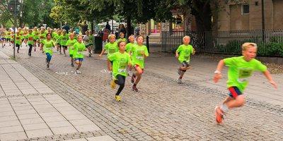 Kinder sammeln für Kinder: MIt Spendenläufen für das Deutsche Kinderhilfswerk werden Sport, Spaß und Engagement miteinander verbunden.