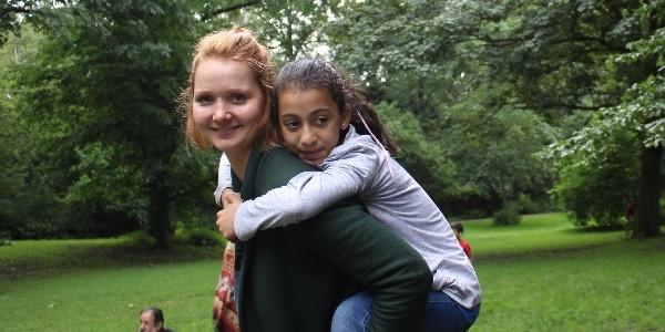 Mit dem Projekt HUCKEPACK werden erwachsene Paten an Flüchtlingskinder in Berlin vermittelt - zum Deutsch lernen, Stadt erkunden und Austausch.