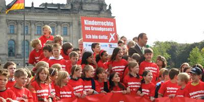 Das Deutsche Kinderhilfswerk setzt sich dafür ein, dass die Kinderrechte mit ins Grundgesetz aufgenommen werden.
