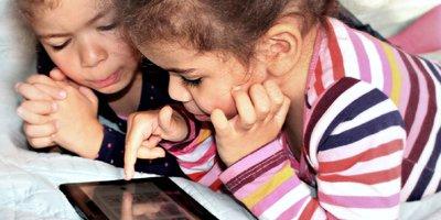Der Internet Guide für Eltern ist ein Ratgeber, der Möglichkeiten, Gefahren und Tipps im Umgang mit digitalen und mobilen Medien in der Familie darstellt. Erhältlich online und als Broschüre.