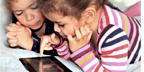 """Der Ratgeber """"Internet Guide für Eltern"""" liefert Tipps für eine sichere und selbstbestimmte Nutzung von Medien für Kinder im Kleinkind-, Grundschul- und Jugendalter."""
