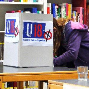 """Häufige Argumente gegen die Wahlalterabsenkung sind in der Broschüre """"Absenkung des Wahlalters"""" zusammengefasst – und fachliche Widerlegungen von Expertinnen und Experten gegenübergestellt."""
