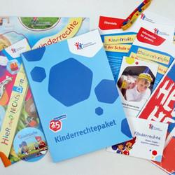 Anlässlich des 25. Geburtstags der Kinderrechte in Deutschland verschicken wir Kinderrechtepakete an 1.000 Kitas und 1.000 Grundschulen.