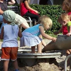 Das Deutsche Kinderhilfswerk mahnt strengere gesetzliche und kommunale Vorschriften bei der Pflicht zur Anlage eines hausnahen Spielplatzes beim Neubau von Wohngebäuden an.