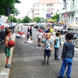 Das Deutsche Kinderhilfswerk setzt sich für die Umsetzung von Spielstraßen ein - so auch für die Gudvanger Straße in Berlin.