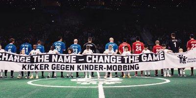 """Bei der Anti-Mobbing-Aktion """"NameChanger"""" trugen bekannte Fußballer wie Christoph Metzelder oder Stefan Schnoor anstelle ihrer echten Namen ihre alten Spitznamen auf den Trikots."""