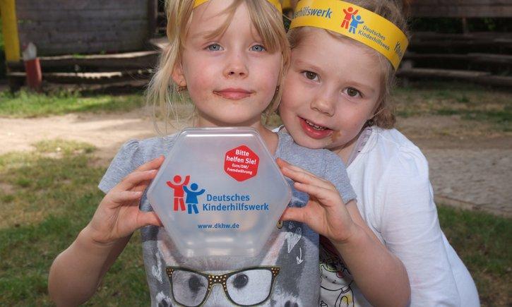 Gutes tun mit übriggebliebenem Urlaubsgeld in fremder Währung: Einfach in die Spendendose des Deutschen Kinderhilfswerkes in allen Rossmann-Filialen und in weiteren Geschäften stecken!