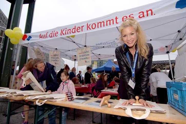 Schauspielerin Nina-Friederike Gnädig setzt sich ehrenamtlich als Botschafterin für das Deutsche Kinderhilfswerk ein und macht sich für Kinder stark.