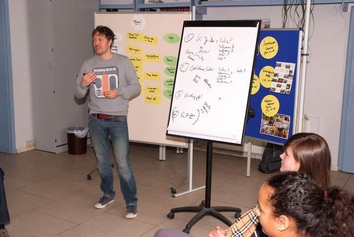 Schauspieler Daniel Aichinger ist seit mehreren Jahren Botschafter für das Deutsche Kinderhilfswerk und arbeitet in diesem Rahmen direkt mit Kindern.