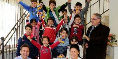 Mit Bildungspaketen, bestehend aus Schulranzen gefüllt mit Schreibutensilien, Büchern und Heften, hilft das Deutsche Kinderhilfswerk geflüchteten Kindern bei der Integration.
