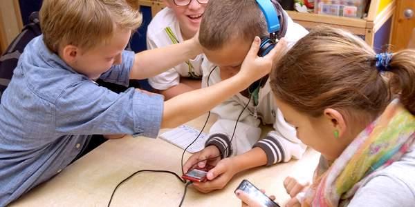Wir alle hinterlassen Spuren im Internet. Kinder oft noch mehr als Erwachsene. Das Deutsche Kinderhilfswerk arbeitet für eine kind- und jugendgerechte Informationsgesellschaft.