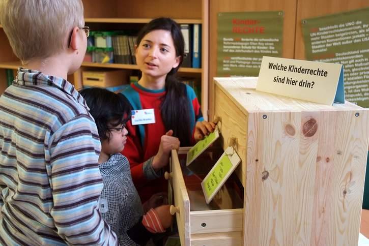 Die Kinderrechte im Schulalltag leben! Die Schule als einer der wichtigsten Lernorte für Kinder hat eine besondere Verantwortung. Das Deutsche Kinderhilfswerk unterstützt.