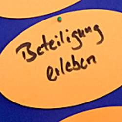 Das Deutsche Kinderhilfswerk berät bei Fragen rund um die Beteiligung von Kinder- und Jugendlichen, ist Ansprechpartner für das bundesweite Netzwerk Kinder- und Jugendbeteiligung und vermittelt Expertinnen und Experten für Fachveranstaltungen, Zukunftswerkstätten oder Beteiligungsworkshops.