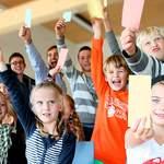 Wir alle sind gefragt, wenn es darum geht, die Beteiligung von Kindern und Jugendlichen aktiv zu leben. Das Deutsche Kinderhilfswerk gibt eine Reihe von Hilfestellungen.