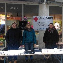Die Seminargruppe der Teilnehmenden des Freiwilligen Sozialen Jahres vom DRK-Kreisverband Aalen e.V. verkauften Taschen zugunsten des Deutschen Kinderhilfswerkes.