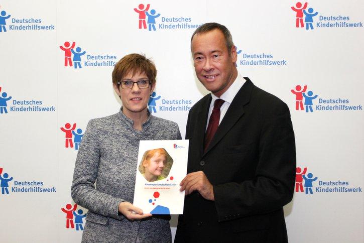 Im Kinderreport 2016 des Deutschen Kinderhilfswerkes untersucht die Kinderrechtsorganisation, wie weit Kinder und Erwachsene über Kinderechte informiert sind.