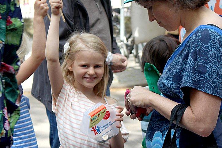 Mit dem Projekt KINDERCENT des Deutschen Kinderhilfswerkes sammeln Kinder Geld für ein von ihnen ausgewähltes soziales Projekt und übergeben persönlich den Erlös.