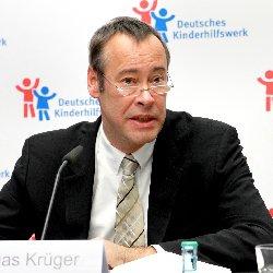 Thomas Krüger ist seit 1995 ehrenamtlicher Präsident des Deutschen Kinderhilfswerkes und setzt sich konsequent für die Umsetzung der UN-Kinderrechtskonvention ein.