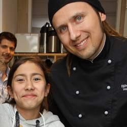 Der Koch Björn Moschinski ist Schirmherr über den Ernährungsfonds des Deutschen Kinderhilfswerkes. Das bedeutet: Mit Kindern Gemüse schnippeln, ihnen die unendlich vielen Möglichkeiten der Zubereitung zeigen, gemeinsam neue Rezepte entwickeln – und schließlich gemeinsam die Mahlzeiten genießen.