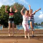 Das Deutsche Kinderhilfswerk fordert: Die Einbeziehung benachteiligter Kinder und Jugendlicher auf Kinder- und Jugendreisen ist eine Herausforderung für Politik und Gesellschaft. Dazu gehört, dass die Finanzierung der Teilnahme an einer Kinder- und Jugendreise bereits im Regelsatz enthalten sein muss!