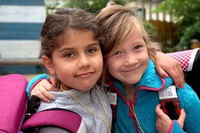 Für gerechte Bildungschancen: Das Deutsche Kinderhilfswerk verteilte im Juni 2015 Schulranzen an Kinder aus Familien in Not, dieses Mal in Weimar und Salzgitter.