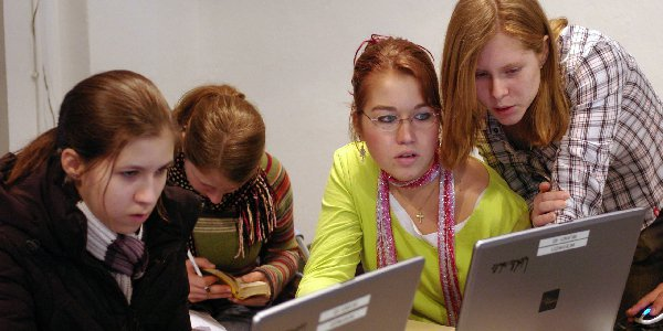 Das Jugendschutzgesetz soll Kinder und Jugendliche in der Öffentlichkeit schützen. Der Jugendmedienschutz-Staatsvertrag ergänzt dies im Medienbereich. Informieren Sie sich!
