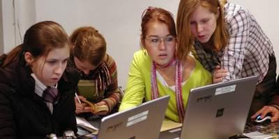 In den Bereichen Kinderpolitik/Beteiligung, Bekämpfung von Kinderarmut, Spiel und Bewegung, Kultur für Kinder und Medienkompetenz können Förderanträge für Projekte mit Kindern beim Deutschen Kinderhilfswerk gestellt werden.