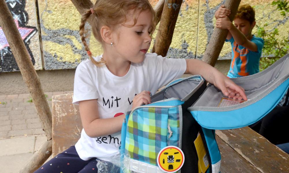 Das Deutsche Kinderhilfswerk verteilt jedes Jahr über 2000 Schulranzen an bedürftige Kinder.
