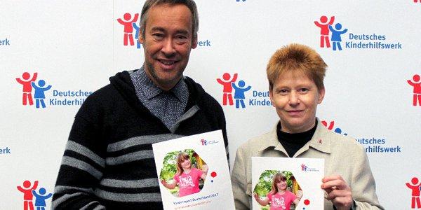 Thomas Krüger, Präsident des Deutschen Kinderhilfswerkes und Petra Pau, Vize-Präsidentin des Deutschen Bundestages, stellen den Kinderreport 2017 des Deutschen Kinderhilfswerkes vor.