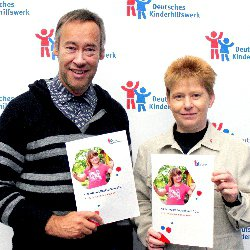 Thomas Krüger, Präsident des Deutschen Kinderhilfswerkes, und Petra Pau, Bundestagsvizepräsidentin, bei der Vorstellung des Kinderreports Deutschland 2017.