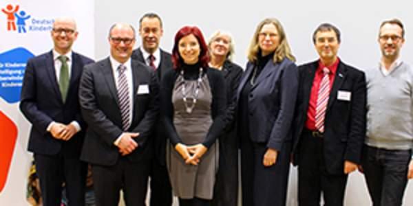 Thomas Krüger, Anne Lütkes, Birgit Schmitz, Volker Fentz, Harald Geywitz, Katja Dörner, Diana Golze, Bettina Hagedorn, Dr. Peter Tauber stellen den ehrenamtlichen Vorstand des Deutschen Kinderhilfswerkes.