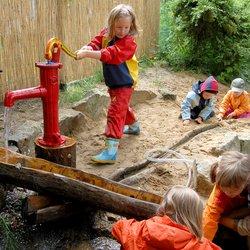 """Das Deutsche Kinderhilfswerk, der Beirat vom """"Bündnis Recht auf Spiel"""" und die Deutsche Gartenamtsleiterkonferenz haben eine Resolution für den Erhalt von Spielflächen aufgesetzt"""