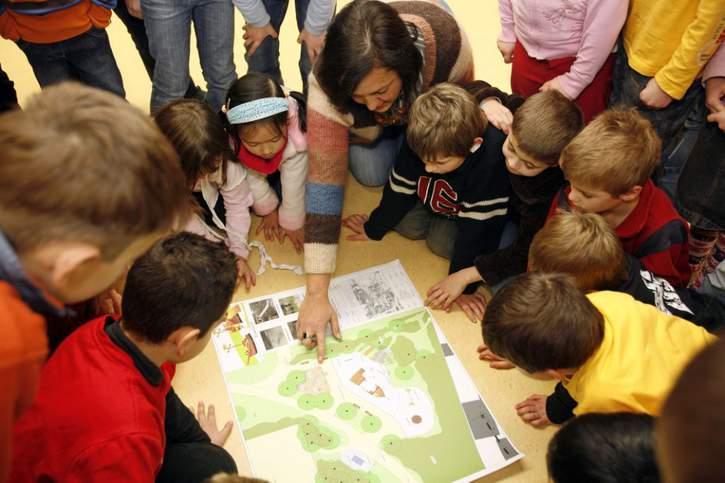 """Der Verein """"Kinderfreundliche Kommunen"""" wurde von UNICEF Deutschland und dem Deutschen Kinderhilfswerk im Jahr 2012 als Fortsetzung der internationalen Child Friendly Cities Initiative (CFCI) in Deutschland gegründet und verfolgt einen konsequent kinderrechtlichen Ansatz auf Basis der UN-Kinderrechtskonvention."""