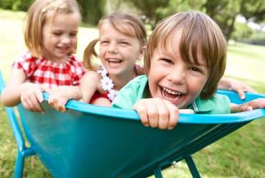 Das, was für Kinder und ihr Aufwachsen wichtig ist, ist es auch für uns. Es geht uns um das gesamte Wohlbefinden von Kindern. Dazu gehört die Überwindung von Kinderarmut genau so wie gesellschaftliche Beteiligung, genügend Möglichkeiten zum Spielen, faire Bildungschancen oder das erste Kennenlernen demokratischer Prozesse.