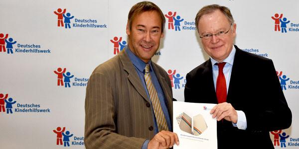 Der Präsident des Deutschen Kinderhilfswerkes, Thomas Krüger, und der niedersächsische Ministerpräsident Stephan Weil stellen in Berlin den Kinderreport Deutschland 2018 vor.