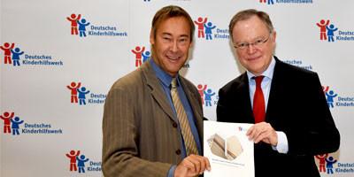 Der Präsident des Deutschen Kinderhilfswerkes, Thomas Krüger, und der niedersächsische Ministerpräsident Stephan Weil stellen den Kinderreport 2018 in Berlin vor.